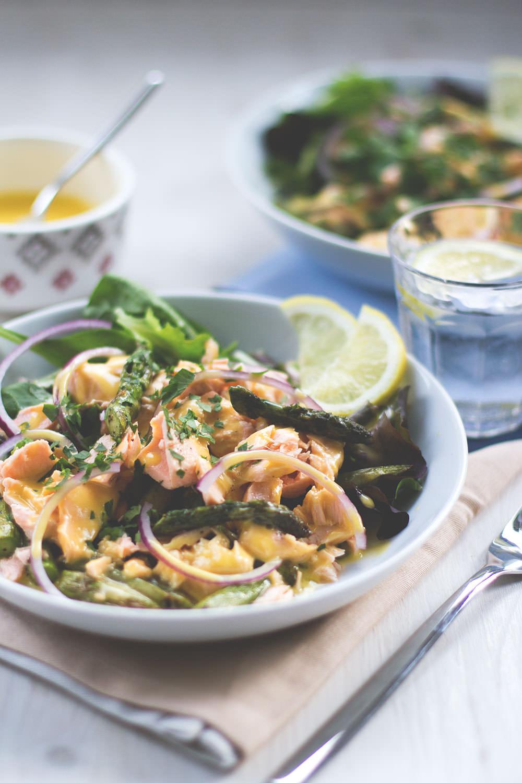 Rezept für pochierten Lachs mit Salat, grünem Spargel und irischer Butter-Sauce von moeyskitchen.com