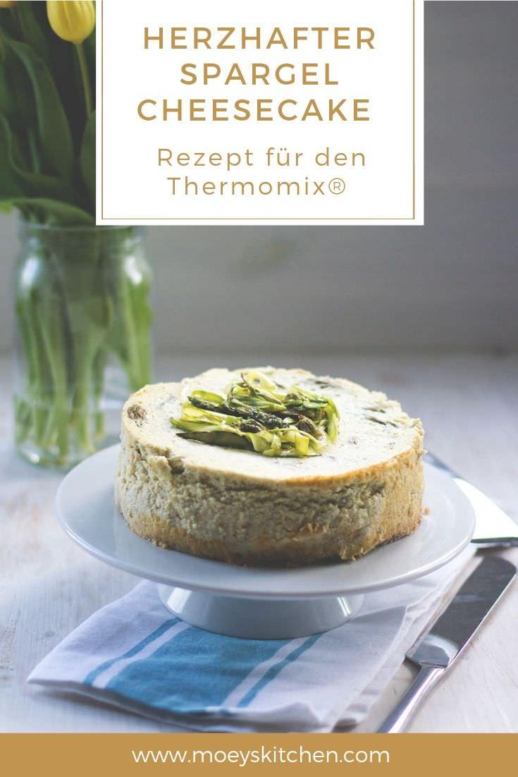 Rezept für herzhaften Spargel Cheesecake | saftiger Käsekuchen mit grünem Spargel | Ein vegetarisches Rezept für den Thermomix® | moeyskitchen.com #rezepte #cheesecake #käsekuchen #spargel #thermomix #varoma #tm5 #tm6 #tm31 #foodblogger #sommerküche #dampfgaren #vegetarisch #veggie