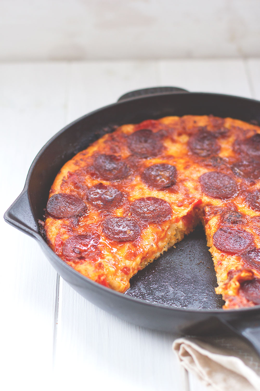 Rezept für amerikanische Pan Pizza aus der gusseisernen Pfanne