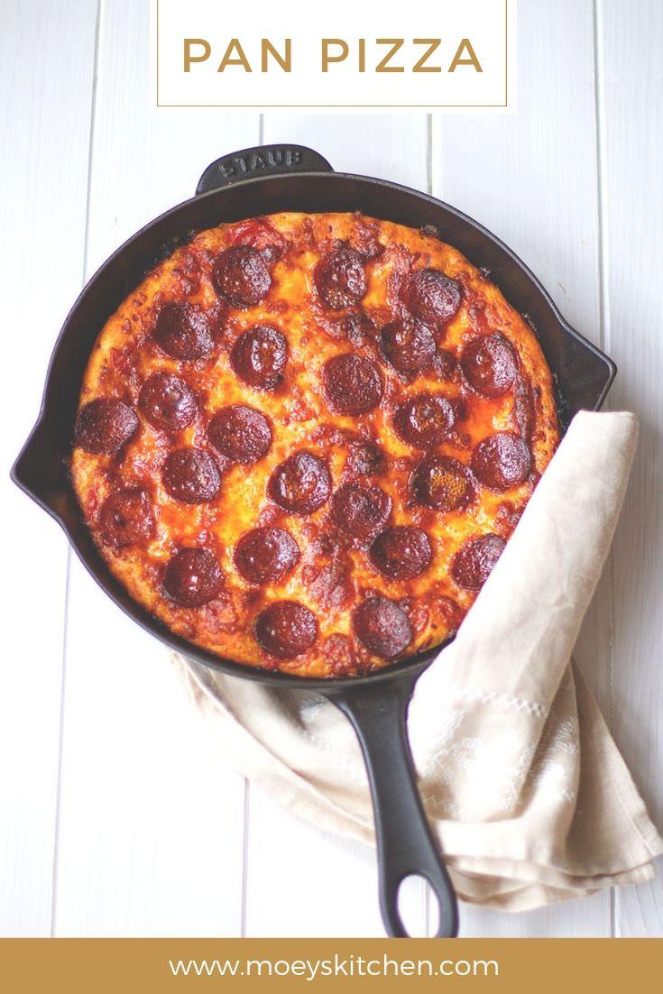 Rezept für leckere PAN PIZZA | knusprige Pizza aus der gusseisernen Pfanne | lockerer Hefeteig und würziger Belag - erst auf dem Herd geröstet, dann im Ofen fertig gegart | moeyskitchen.com #panpizza #pfannenpizza #pizza #salamipizza #hefeteig #pizzateig #pfanne #rezepte #foodblogger