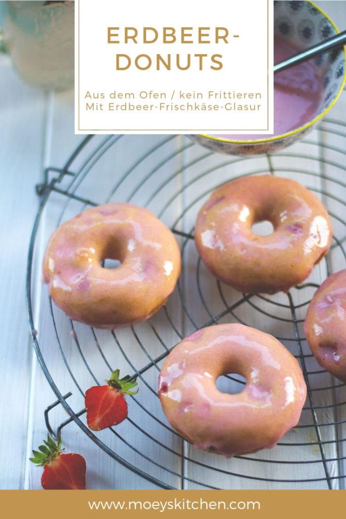 Rezept für Erdbeer-Donuts mit Erdbeer-Frischkäse-Glasur | gebackene Donuts aus dem Ofen - kein Frittieren nötig! | moeyskitchen.com #doughnutday #donutday #doughnuts #donuts #erdbeeren #backen #foodblogger #rezepte