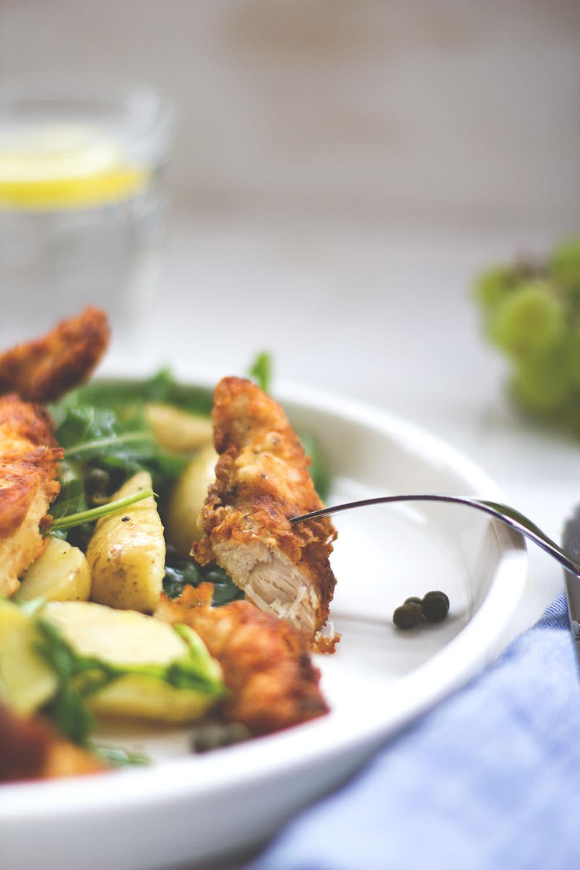 Rezept für Kartoffel-Rucola-Salat mit knusprigem Dijon-Hühnchen, Kapern und Trauben-Dressing
