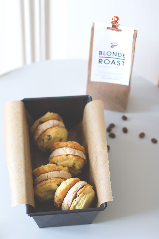 Rezept für Coffee Ice Cream Cookie Sandwiches mit Kaffee-Eis aus dem Tchibo Blonde Roast | moeyskitchen.com