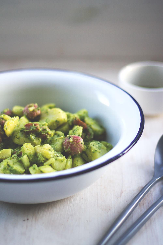 Rezept für Kartoffelsalat aus neuen Kartoffeln mit gebackenen Radieschen und Radieschengrün-Pesto | moeyskitchen.com