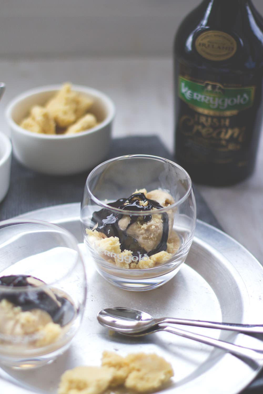 Rezept für Kerrygold Irish Cream Liqueur Eis mit Shortbread-Bröseln und Schokoladen-Fudge | moeyskitchen.com