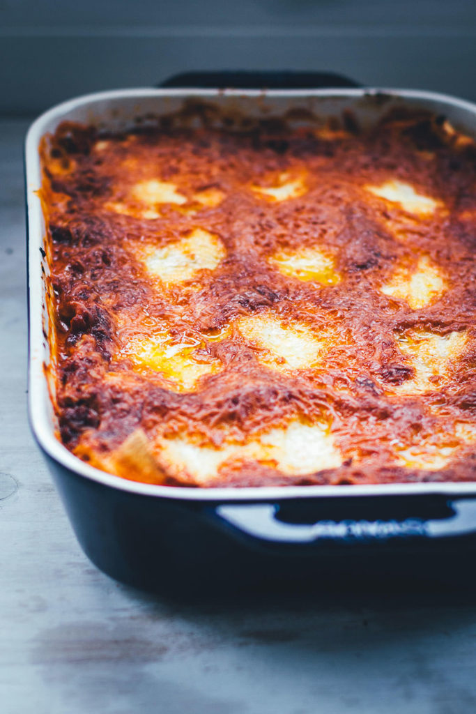 Selbst gemachte Lasagne al forno – der italienische Klassiker für geniale Pasta! Frische Lasagneplatten, würzige Hackfleischsauce in Form eines Ragú alla bolognese, dazu eine fein abgeschmeckte Béchamelsauce. Überbacken mit Mozzarella und Butterflöckchen. Das ist Soulfood vom Feinsten! | moeyskitchen.com