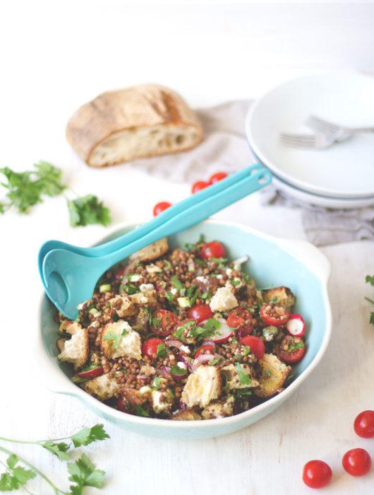 Mediterraner Linsensalat mit Ciabatta, Tomaten und Mozzarella - sommerliches Feierabend-Rezept | moeyskitchen.com