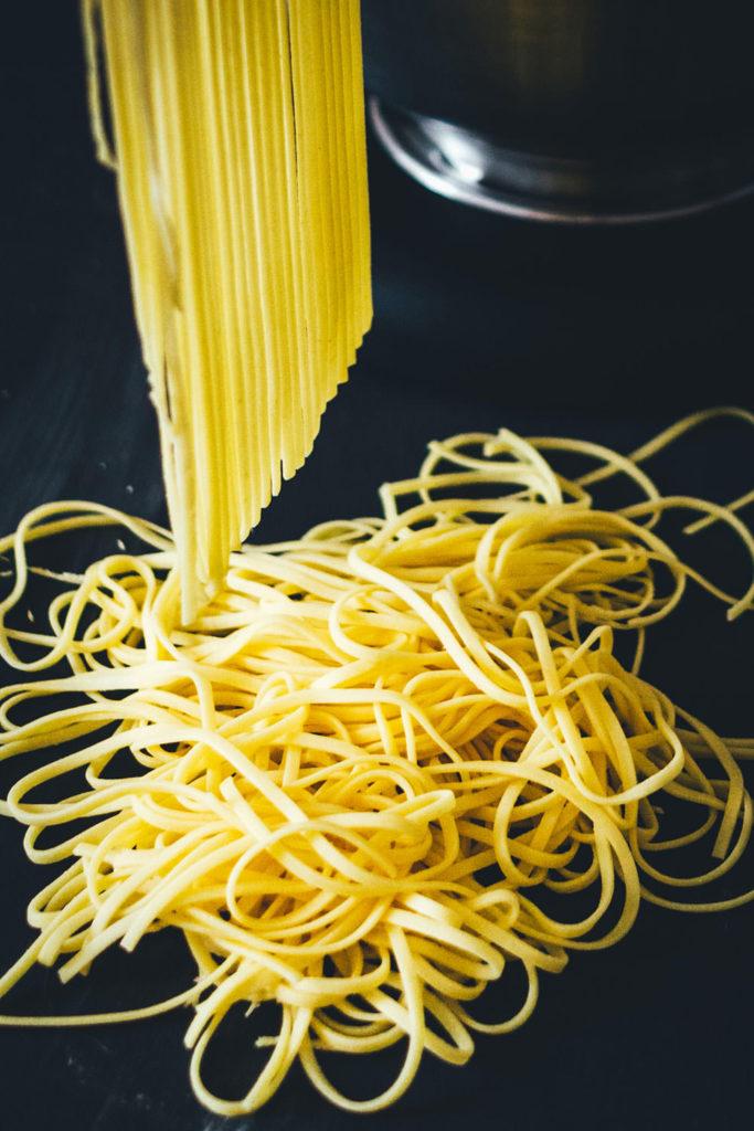 Frische Spaghetti, Eiernudeln, kann man mit den Aufsätzen der Nudelmaschine oder Küchenmaschine ganz einfach selber herstellen! | moeyskitchen.com