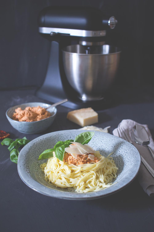 Rezept für frische Spaghetti mit Ricotta-Tomaten-Pesto - KitchenAid meets Pasta #minimoments | moeyskitchen.com