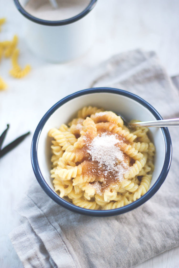 Rezept für Milchnudeln - schmeckt wie Milchreis oder Grießbrei, nur mit Pasta gekocht! Lässt sich super einfach zubereiten und schmeckt dabei so gut. Eine Kindheitserinnerung an Omas Klassiker | moeyskitchen.com