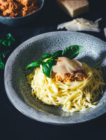 Selbst gemachte frische Spaghetti mit einem Rezept für cremiges Ricotta-Tomaten-Pesto. Aus wenigen und einfachen Zutaten hergestellt und so lecker! Eiernudeln aus Hartweizengrieß oder Mehl, dazu ein Pesto aus getrockneten Tomaten. Hier gibt es die Rezepte! | moeyskitchen.com