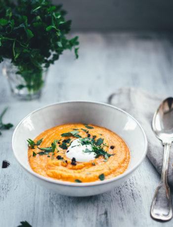 Rezept für eine würzige Rote-Linsen-Suppe mit Cayenne-Pfeffer und geräuchertem Paprikapulver. Rote Linsen und weiße Bohnen sättigen wunderbar, Möhren und Zwiebel geben der Suppe Substanz. Fein püriert und serviert mit einem Klecks Schmand und gehackter Petersilie ist es eine fantastische vegetarische Suppe für kalte Tage nicht nur im Winter! | moeyskitchen.com