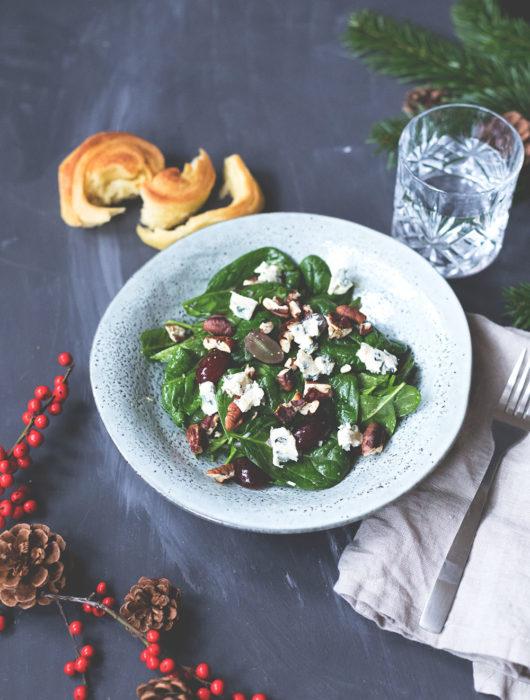Rezept für Babyspinat-Salat mit roten Trauben, Blauschimmelkäse und Pekannüssen | moeyskitchen.com