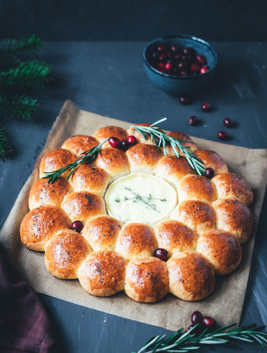 Rezept für herzhaften Brioche-Kranz mit Camembert | Partybrot bzw. Zupfbrot für die ganze Familie | moeyskitchen.com #partybrot #brotkranz #briochekranz #brot #camembert #weihnachten #weihnachtsmenü #brotzeit #rezepte #foodblogger