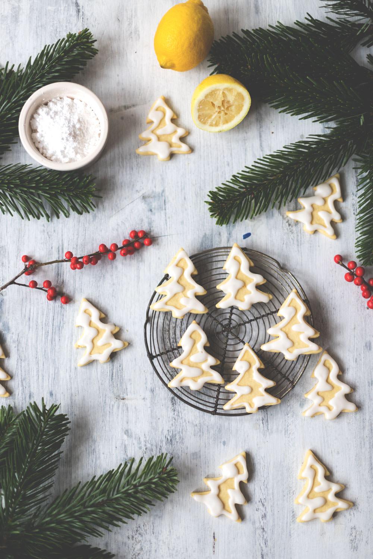Rezept für Butterschmalz-Zitronen-Tannenbäumchen: einfache Ausstech-Plätzchen für Weihnachten | moeyskitchen.com