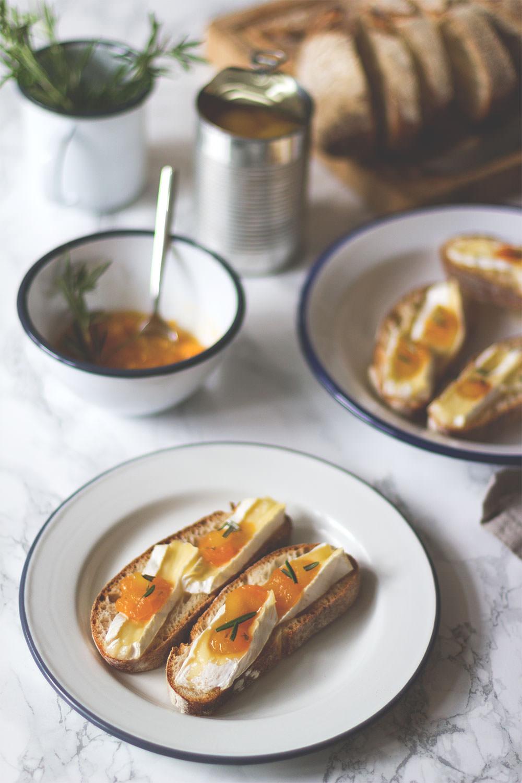 Rezept für Crostini mit gebackenem Brie und Aprikosen-Chutney | moeyskitchen.com