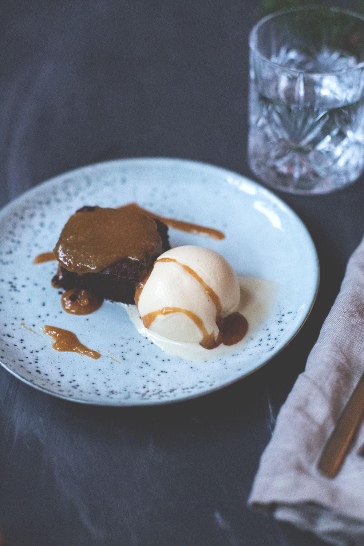 Rezept für Gingerbread-Brownies mit Eggnog Ice Cream und Bourbon Caramel Sauce | moeyskitchen.com