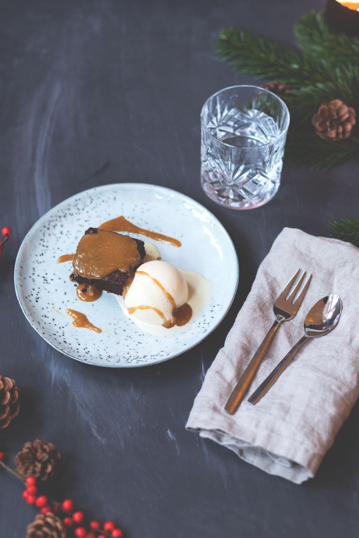 weihnachtsmen 2017 dessert gingerbread brownies mit eggnog ice cream und bourbon caramel. Black Bedroom Furniture Sets. Home Design Ideas