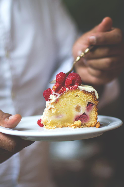 Mud Cake mit Himbeeren und weißer Schokolade