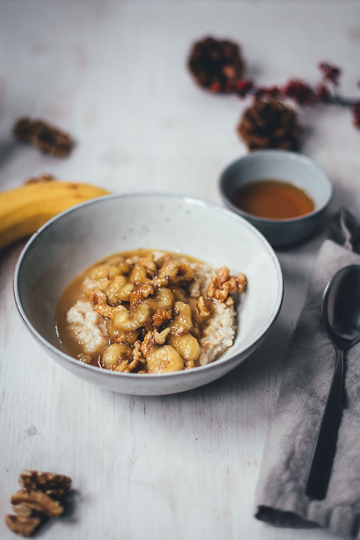 Rezepte für Porridge mit Bananen, Ahornsirup und Walnüssen | das perfekte Frühstück in Herbst und Winter | moeyskitchen.com #porridge #frühstück #breakfast #haferbrei #haferflocken #bananen #rezepte #foodblogger