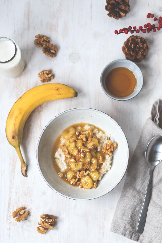 Frühstück für Porridge mit karamellisierter Banane, Ahornsirup und Walnüssen | moeyskitchen.com