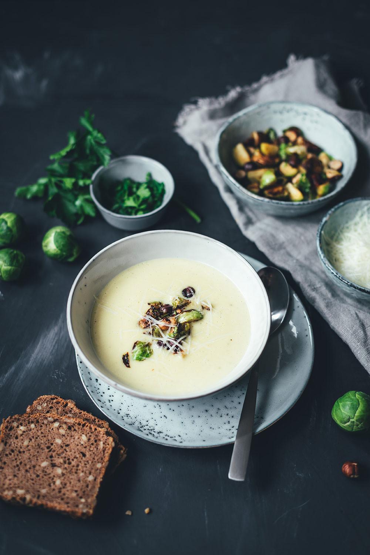 Rezept für Rosenkohl-Creme-Suppe mit Pecorino und Haselnüssen | moeyskitchen.com #rosenkohl #suppe #cremesuppe #rosenkohlsuppe #winter #vegetarisch #soulfood #veggie #rezepte #foodblogger