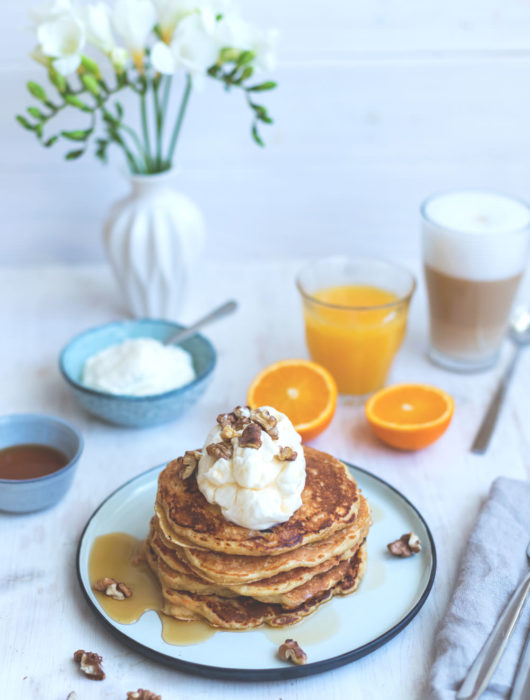 Rezept für fluffige Carrot Cake Pancakes | The Sunday Breakfast Club | moeyskitchen.com