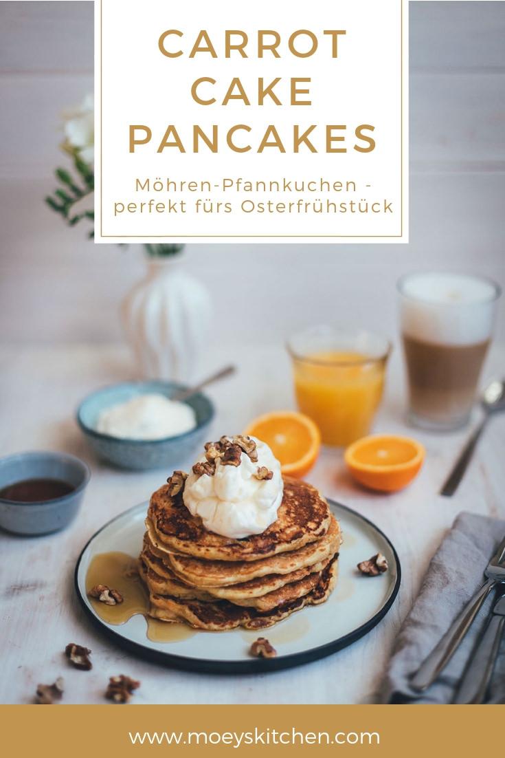 Rezept für Carrot Cake Pancakes mit Frischkäse-Frosting, Ahornsirup und Walnüssen | saftige Möhren-Pfannkuchen, die nicht nur zu Ostern schmecken | perfekt für's Sonntagsfrühstück und den Osterbrunch | moeyskitchen.com #pancakes #carrotcake #ostern #osterbrunch #sonntagsfrühstück #pfannkuchen #ahornsirup #rezepte #foodblogger