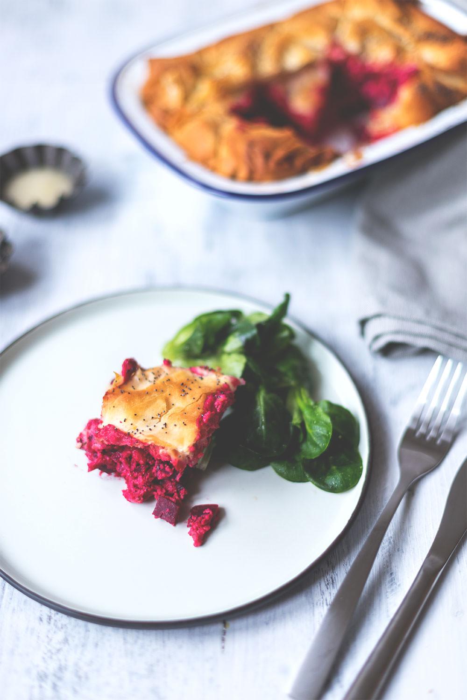 Rezept für Rote Bete Spanakopita (Filoteig-Pastete mit Rote Bete, Ricotta und Feta) | Saisonal schmeckt's besser! Der Foodblogger-Saisonkalender | moeyskitchen.com