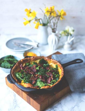 Rezept für herzhaften Dutch Baby Pancake mit Spinat, Cheddar und Bacon | Foodblogger-Osterbrunch | moeyskitchen.com