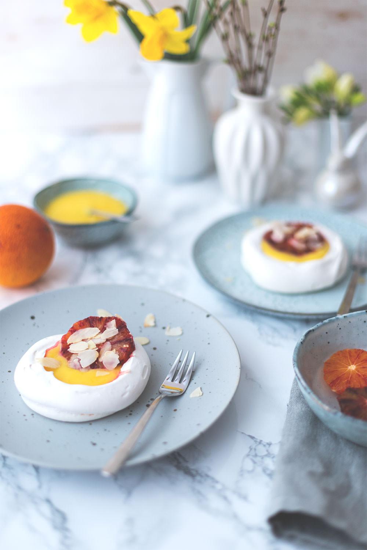 Rezept für Mini-Pavlovas mit Lemon Curd und Blutorangen | Foodblogger-Osterbrunch | moeyskitchen.com