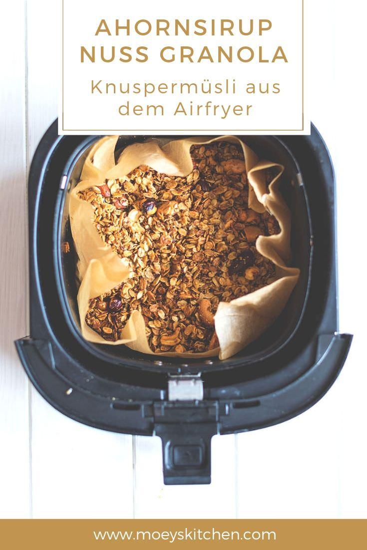 Rezept für Ahornsirup-Nuss-Granola aus dem Airfryer | Knuspermüsli aus der Heißluft-Fritteuse | super einfach und schnell gemacht | moeyskitchen.com #müsli #muesli #granola #knuspermüsli #ahornsirup #nüsse #airfryer #heissluftfritteuse #schnellerezepte #rezepte #foodblogger