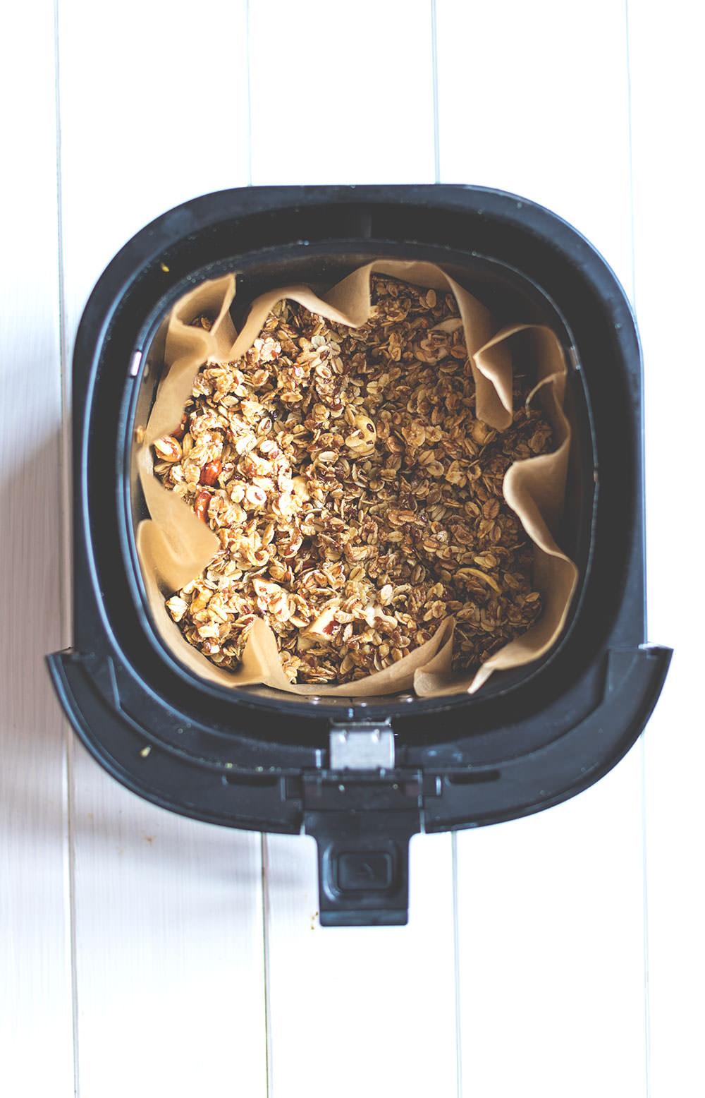 Rezept für Ahornsirup-Nuss-Granola aus dem Airfryer | Schnelles Knuspermüsli aus der Heißluftfritteuse | moeyskitchen.com