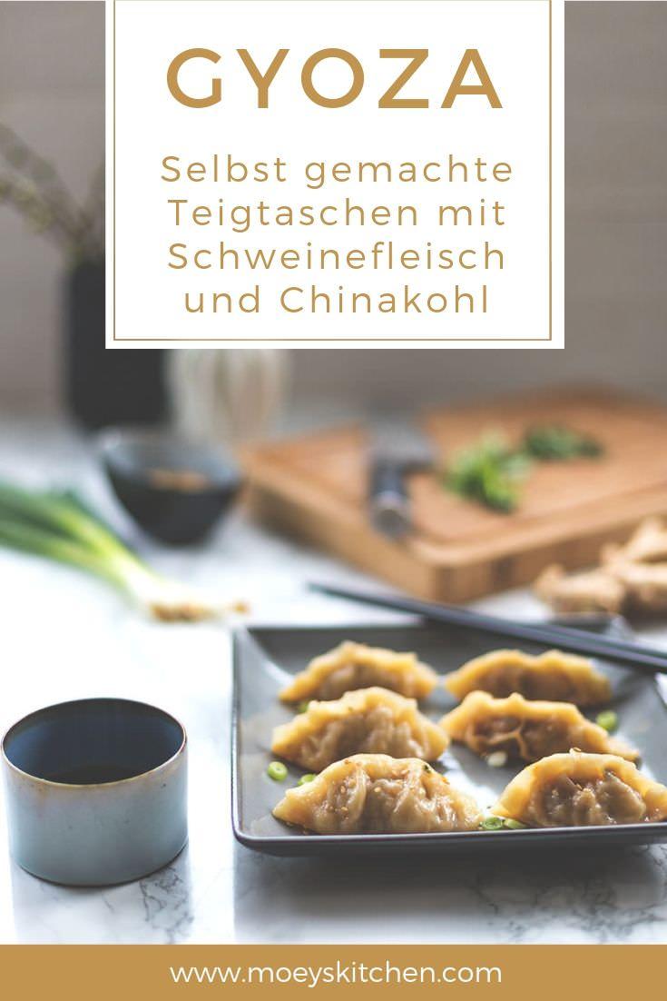 Rezept für Gyoza - japanische Teigtaschen mit Schweinefleisch und Chinakohl | moeyskitchen.com #gyoza #jiǎozi #mandu #teigtaschen #japanisch #japanischeküche #japanischkochen #rezepte #foodblogger #vorspeise