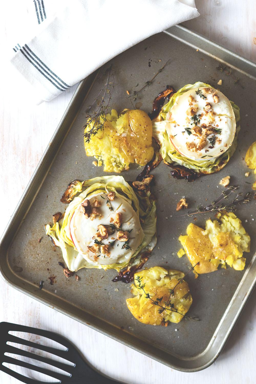 Rezept für One Pan Spitzkohl-Schnitzel mit Apfel und Ziegenkäse | Saisonal schmeckt's besser | moeyskitchen.com