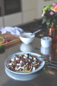 Gegrillter Zucchini-Salat mit Kalamata-Oliven und Ziegenfrischkäse