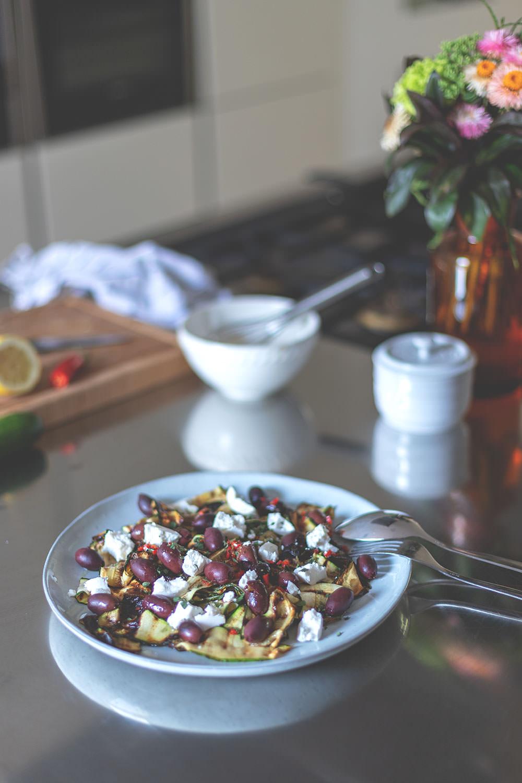 Rezept für gegrillten Zucchini-Salat mit Kalamata-Oliven und Ziegenfrischkäse | moeyskitchen.com