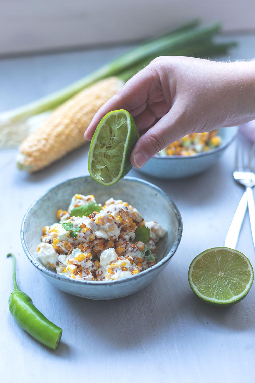 Rezept für mexikanischen Maissalat (Esquites) | moeyskitchen.com #maissalat #cornsalad #esquites