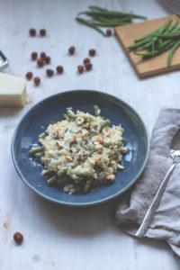 Saisonal schmeckt's besser: Ofenrisotto mit grünen Bohnen und Haselnusskernen