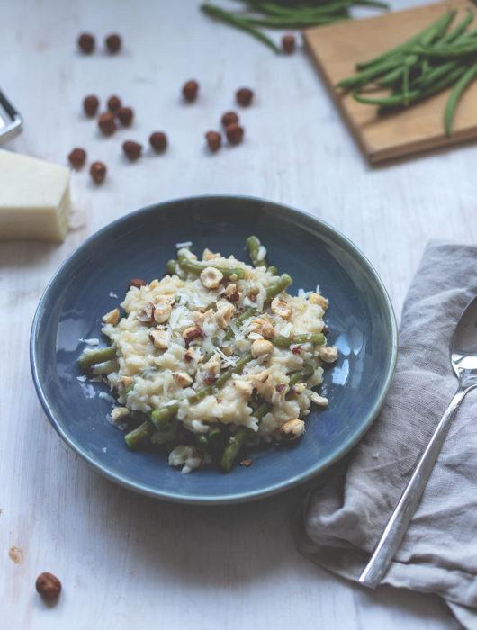 Rezept für Ofenrisotto mit grünen Bohnen und Haselnusskernen | Saisonal schmeckt's besser | moeyskitchen.com #ofenrisotto #risotto #grünebohnen #rezept #kochen