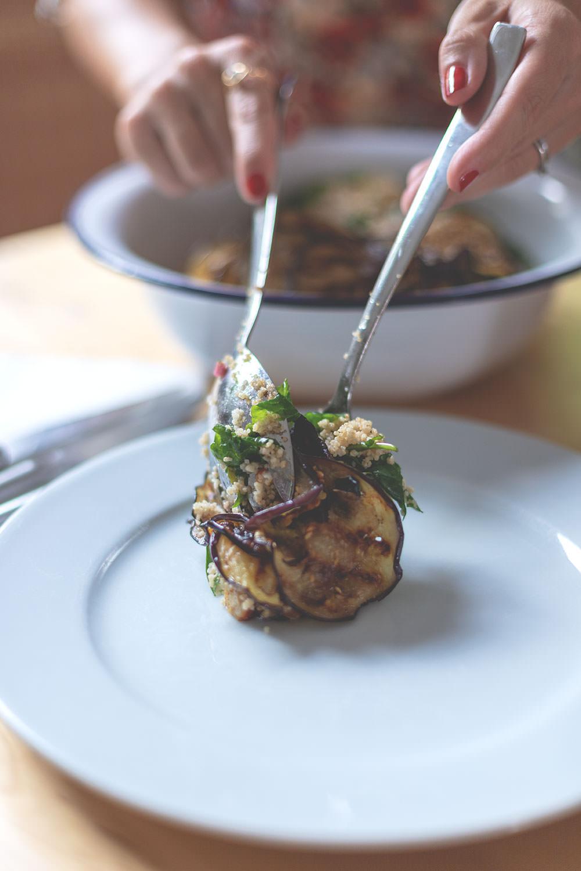 Rezept für sommerlichen Couscous-Salat mit Aubergine, Halloumi und Spinat | moeyskitchen.com #couscous #salat #rezept #sommersalat #couscoussalat