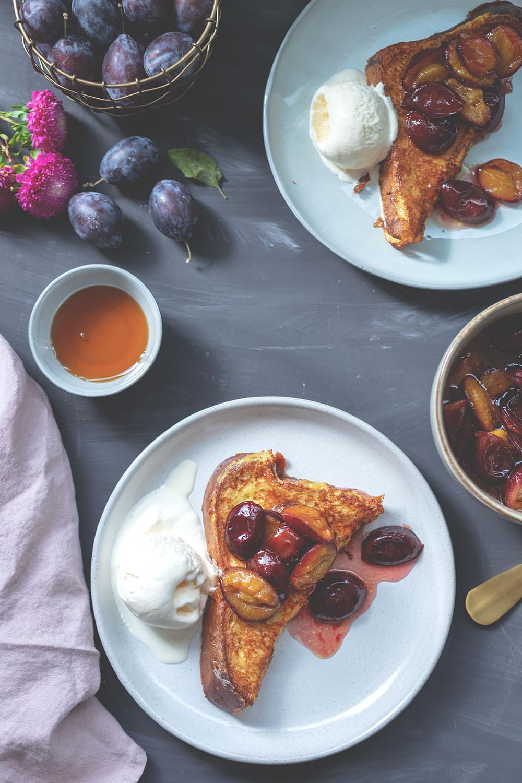 Rezept für French Toast mit karamellisierten Zwetschgen und einfachem Vanilleeis | The Sunday Breakfast Club | moeyskitchen.com #frenchtoast #rezept #frühstück
