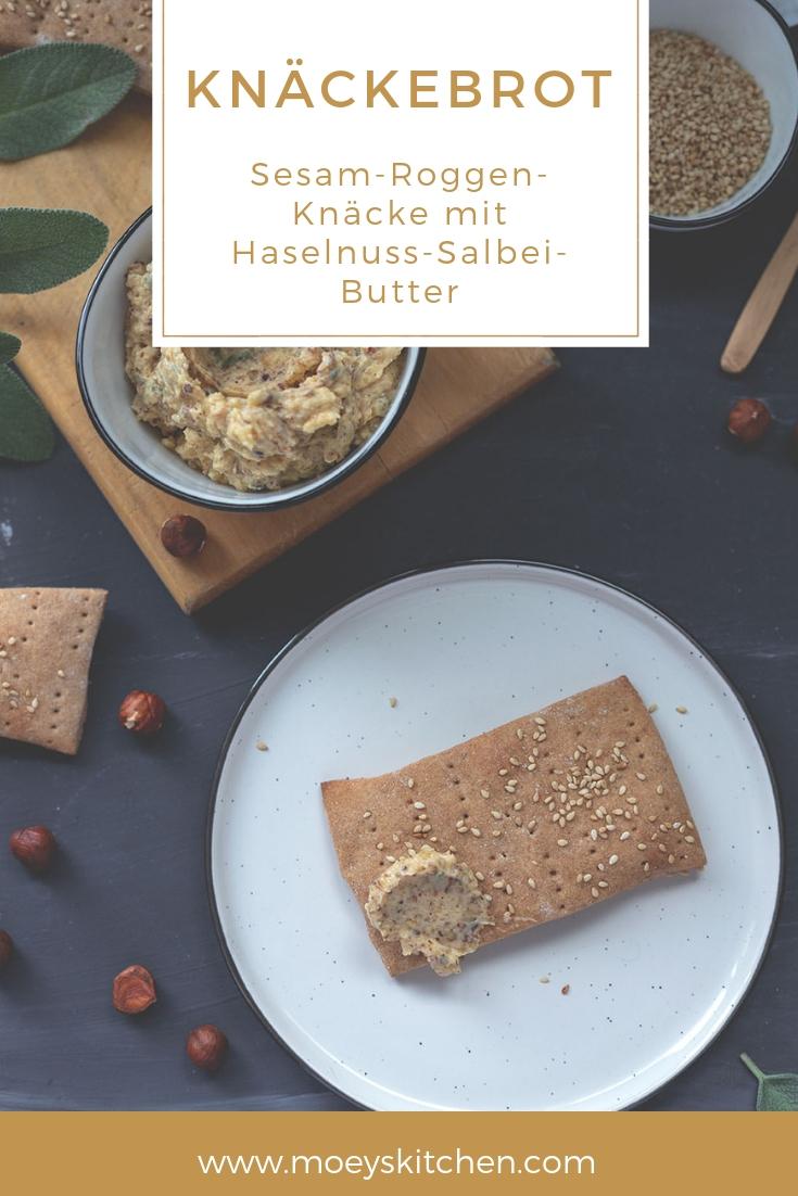 Selbst gebackenes Sesam-Roggen-Knäckebrot mit Haselnuss-Salbei-Butter | moeyskitchen.com #knäckebrot #rezept #butterbrot #foodblog