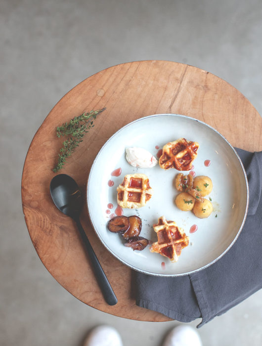 Rezept für Lütticher Waffeln, serviert mit ofengerösteten Ahornsirup-Zwetschgen, karamellisierten Vanille-Äpfeln mit Walnüssen und einem Klecks französischer Crème fraîche | Food.Blog.House 2018 Holland | moeyskitchen.com