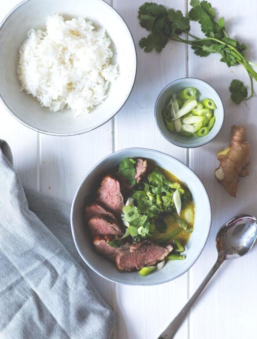 Rezept für einfaches grünes Thai-Curry mit knuspriger Entenbrust, grünen Bohnen, Brokkoli, Frühlingszwiebeln und Koriander | Saisonal schmeckt's besser | moeyskitchen.com #thaicurry #entenbrust #rezept