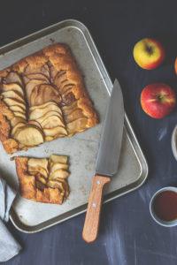Rustikale Apfel-Galette mit Ahornsirup-Sahne – köstlicher Apfelkuchen