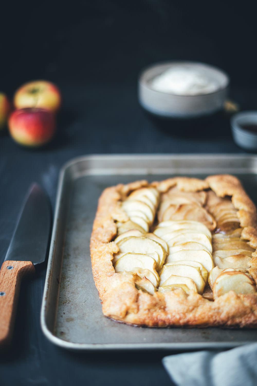 Rezept für rustikale Apfel-Galette mit Ahornsirup-Salzkaramell und Ahornsirup-Sahne | der perfekte Apfelkuchen für den Herbst und Winter | moeyskitchen.com #apfelkuchen #äpfel #galette #kuchen #backen #foodblogger #rezepte #ahornsirup
