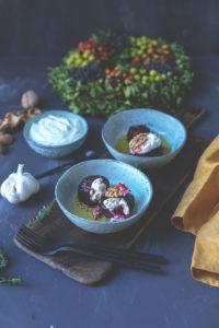 Saisonal schmeckt's besser: Hasselback Rote Bete mit Ziegenkäse und Knoblauch-Joghurt