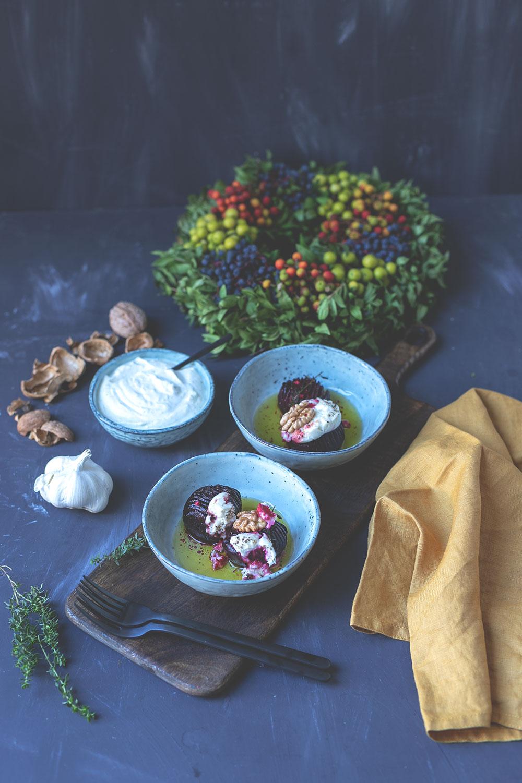 Rezept für Hasselback Rote Bete mit Ziegenkäse aus dem Ofen | mit Knoblauch-Joghurt aus geröstetem Knoblauch | moeyskitchen.com #rotebete #rotebeete #hasselback #foodblog #rezept