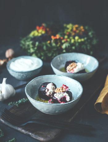 Rezept für Hasselback Rote Bete mit Ziegenkäse aus dem Ofen | mit Knoblauch-Joghurt aus geröstetem Knoblauch | moeyskitchen.com #rotebete #rotebeete #hasselback #foodblog #rezepte #foodblogger #ofengericht #vegetarisch #kochen #kochrezept